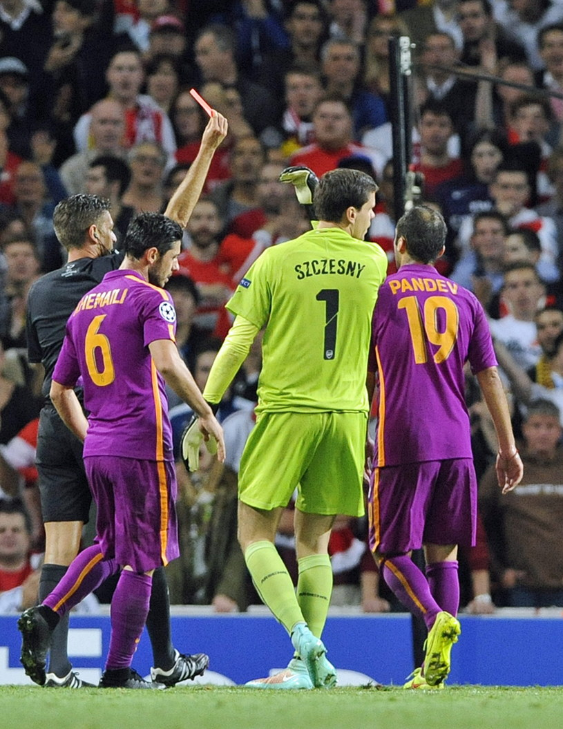 Wojciech Szczęsny ogląda czerwoną kartkę w meczu z Galatasarayem /PAP/EPA