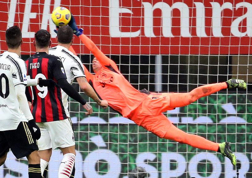 Wojciech Szczęsny w akcji podczas meczu z Milanem /MATTEO BAZZI    /PAP/EPA