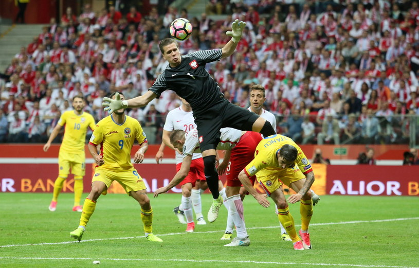 Wojciech Szczęsny w akcji w meczu z Rumunią /Leszek Szymański /PAP