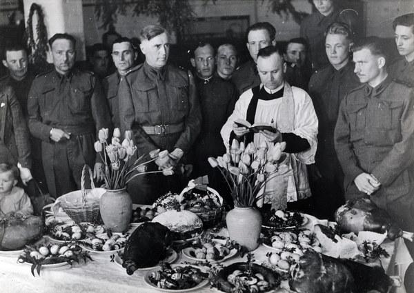 Szkocja, lata 40.;Polskie Sily Zbrojne na Zachodzie - żołnierze uczestniczą w modlitwie i święceniu pokarmu w Wielka Sobotę