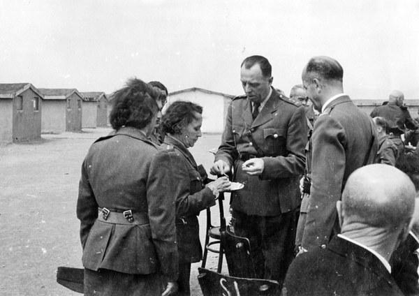 Teheran, 25.04.1943. Święta Wielkanocne w garnizonie. Płk Borucki przyjmuje życzenia od komendant PSK (Pomocniczej Służby Kobiet) Rojanowej (po lewej). Po prawej attache wojskowy płk Szymański