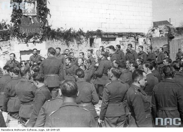 Obchody Wielkanocy w Wojsku Polskim we Francji. Śpiewanie pieśni podczas wspólnego posiłku, 1940