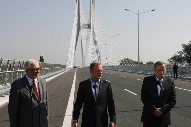 Wojewoda  Aleksander Skorupa, premier Donald Tusk i marszałek Grzegorz Schetyna na moście /PAP