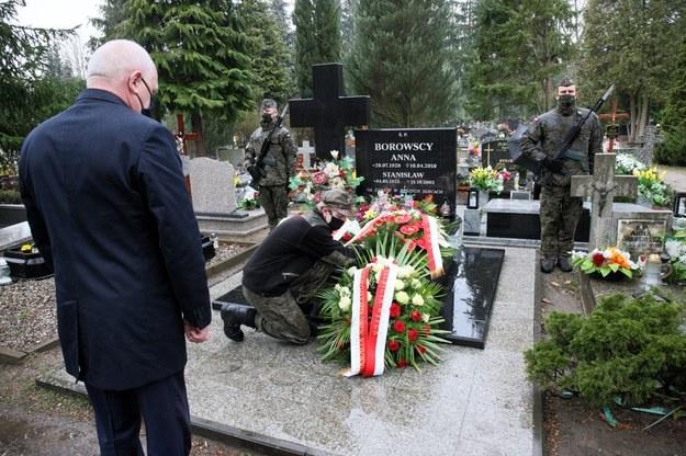 Wojewoda lubuski Władysław Dajczak podczas uroczystości złożenia kwiatów na cmentarzu w Gorzowie Wielkopolskim, /Lech Muszyński /PAP