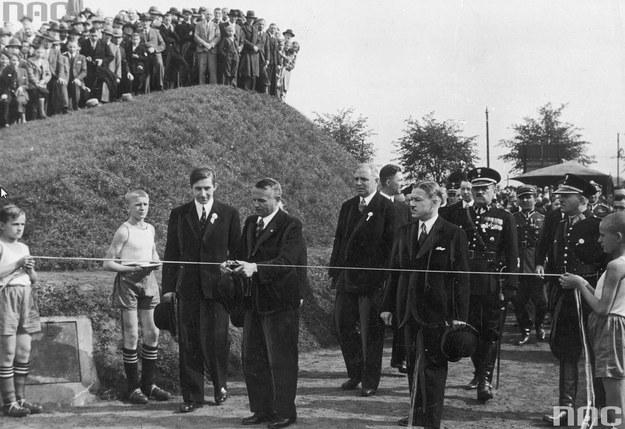 Wojewoda śląski dr. Michał Grażyński przecina wstęgę na uroczystości otwarcia stadionu nazwanego jego imieniem /Z archiwum Narodowego Archiwum Cyfrowego