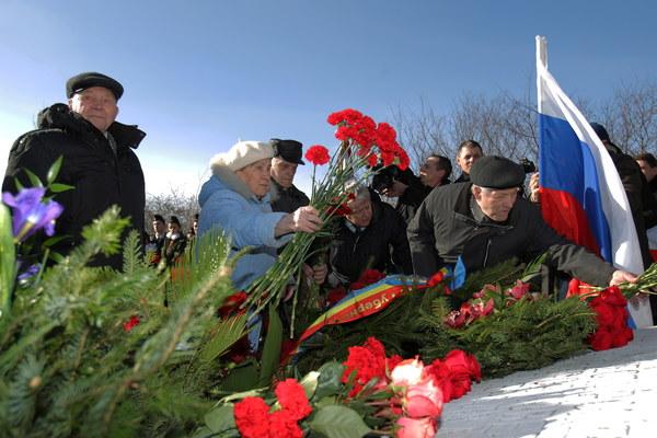 Delagacja rosyjska podczas uroczystości przed pomnikiem generała Armii Czerwonej Iwana Czerniachowskiego w Pieniężnie
