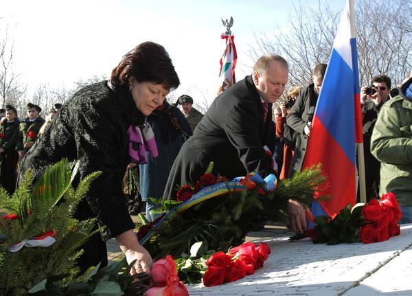 Nikołaj Cukanow, gubernator obwodu kaliningradzkego Federacji Rosyjkiej oraz Marina Orgiejewa, przedstawicielka kaliningrzdzkiej Dumy.podczas uroczystości przed pomnikiem generała Armii Czerwonej Iwana Czerniachowskiego w Pieniężnie