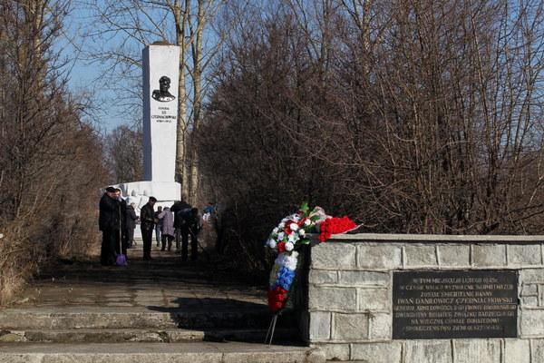 Rosjanie porządkują teren wokół pomnika radzieckiego generała Iwana Czerniachowskiego, przed przyjazdem delegacji rosyjskich władz