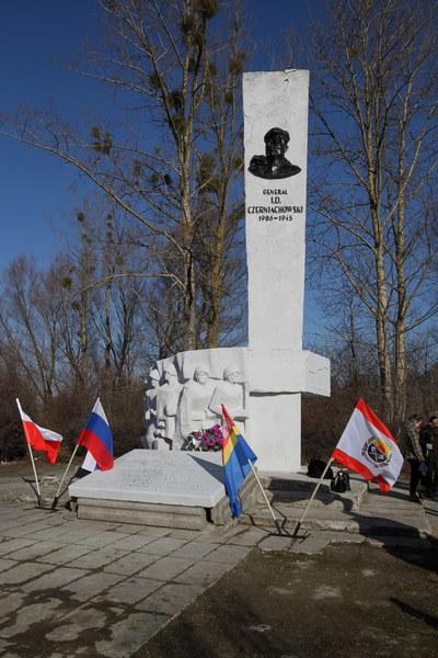 Przed pomnikiem generała Armii Czerwonej Iwana Czerniachowskiego