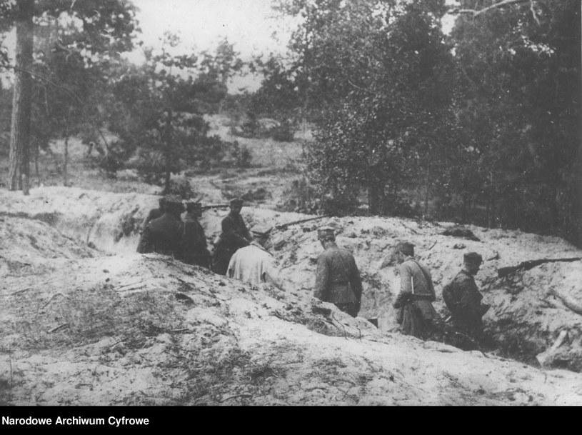 Wojna polsko-bolszewicka, na zdjęciu żołnierze w okopach /Z archiwum Narodowego Archiwum Cyfrowego