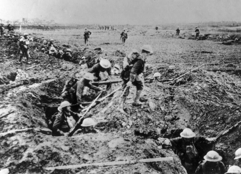 Wojna w okopach do najprzyjemniejszych nie należała. Młody żołnierz bardzo szybko się do niej dostosowywał /Getty Images/Flash Press Media