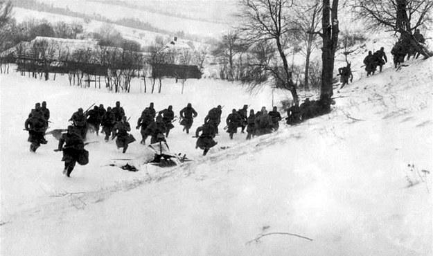 Wojna w warunkach zimowych była najtrudniejszą próbą nie tylko dla żołnierzy, ale także dla sztabów i logistycznego zaplecza, bez którego działania nie byłyby możliwe. /Odkrywca