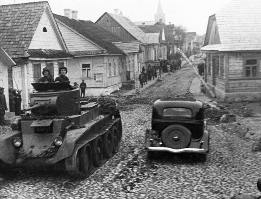 Wojska sowieckie wjeżdżające do Polski /PAP/Newscom