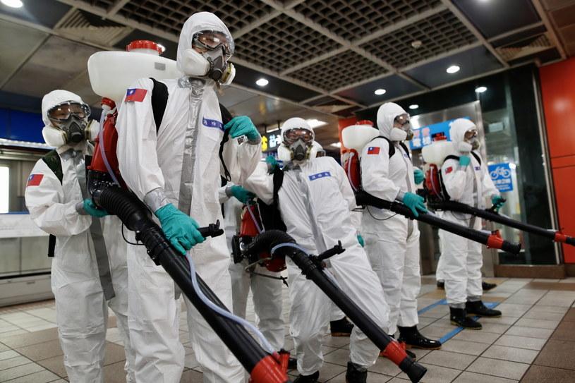 Wojsko dezynfekuje stację kolejową w Tajpej, stolicy Tajwanu. /EPA/RITCHIE B. TONGO /PAP