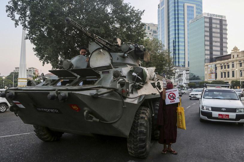 Wojsko na ulicach Rangunu, zdjęcie z 14 lutego 2021 /AFP