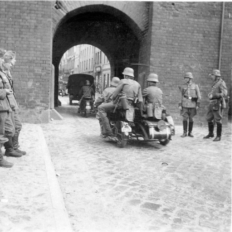 Wojsko niemieckie wkracza do Chojnic przez średniowieczną Bramę Człuchowską. Fot. Tadeusz Galec, Archiwum historiachojnic. com /