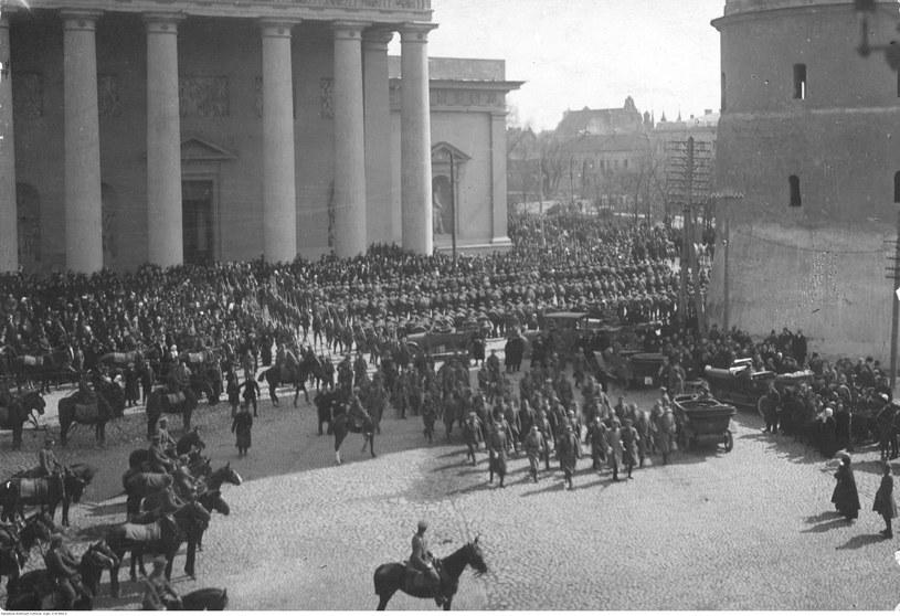 Wojsko przed katedrą wileńską po uroczystym nabożeństwie /Z archiwum Narodowego Archiwum Cyfrowego