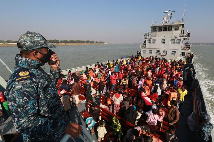 Wojsko przewozi migrantów z zalanych terenów kraju, grudzień 2020 r. /REHMAN ASAD /AFP