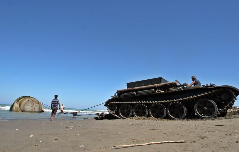 Wojsko usuwa bunkier albańskiej plaży /GENT SHKULLAKU / AFP /AFP