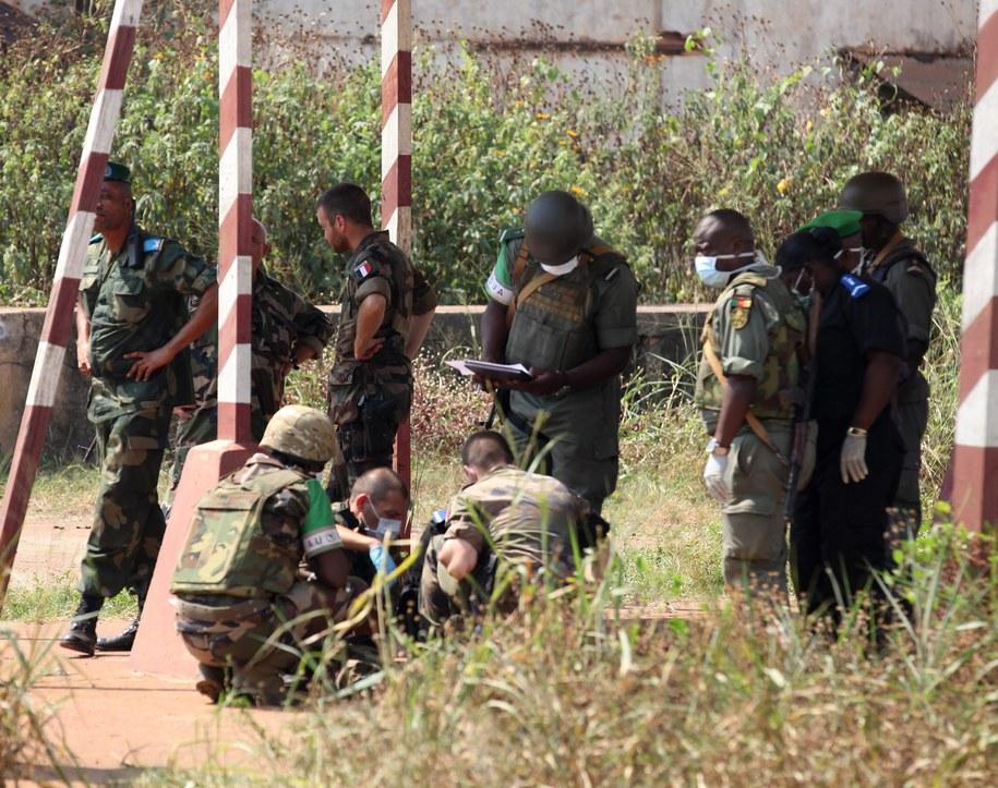 Wojskowi badają teren bazy militarnej w Bangi /Fot. LEGNAN KOULA /PAP/EPA