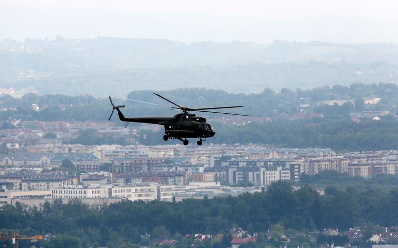 Wojskowy helikopter nad Krakowem /Paweł Supernak /PAP