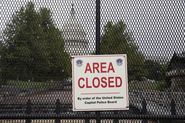 """Wokół Kapitolu Stanów Zjednoczonych wzniesiono nowe ogrodzenie przed protestem """"Sprawiedliwość dla J6"""" w Waszyngtonie /MICHAEL REYNOLDS / POOL /PAP/EPA"""