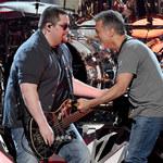 """Wolfgang Van Halen w hołdzie dla swojego ojca Eddiego Van Halena. Zobacz wzruszający teledysk """"Distance"""""""