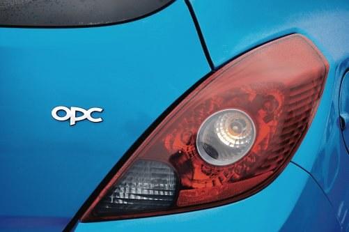 Wolno stosować tylko oryginalnie przyciemniane lampy tylne. /Motor