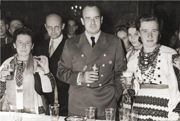 Wołodymyr Kubijowycz i Hans Frank z ukraińską delegacją dożynkową. Wawel 1943 rok /Z archiwum Narodowego Archiwum Cyfrowego