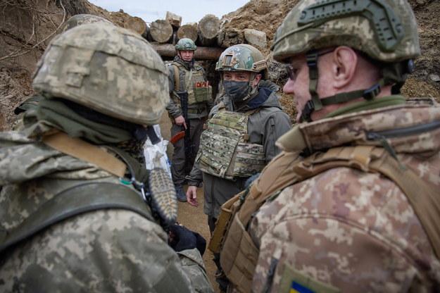 Wołodymyr Zełenski wczoraj osobiście odwiedził strefę konfliktu i rozmawiał z ukraińskimi żołnierzami /UKRAINE PRESIDENTIAL PRESS SERVICE / HANDOUT /PAP/EPA