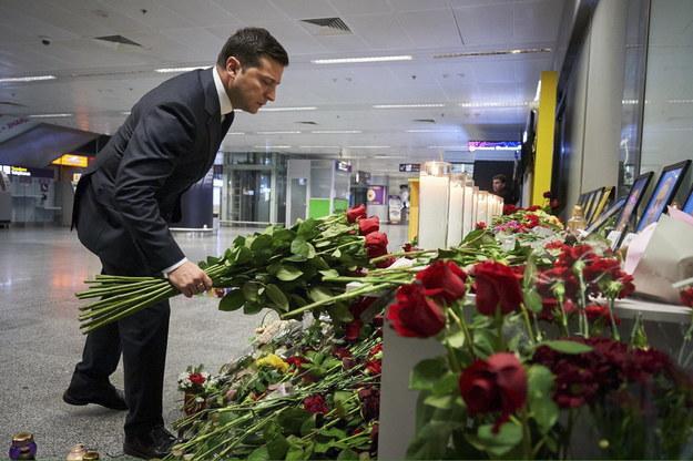 Wołodymyr Zełenski złożył kwiaty ku pamięci ofiar katastrofy na lotnisku w Kijowie /STR HANDOUT /PAP/EPA