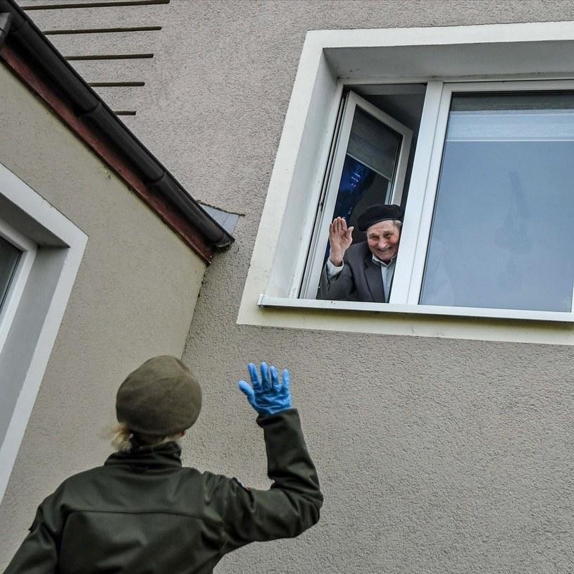 Wolonatariusze dostarczają obiady powstańcom warszawskim /materiały prasowe