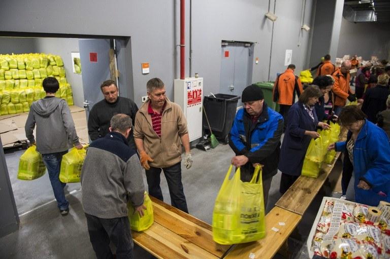 Wolontariusz pakują paczki z żywnością, Donbas, zdj. ilustracyjne /ODD ANDERSEN /AFP