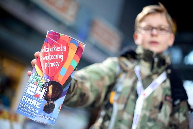 Wolontariusz w studiu TVP w Warszawie podczas 24. finału WOŚP, zdj. ilustracyjne /Leszek Szymański /PAP