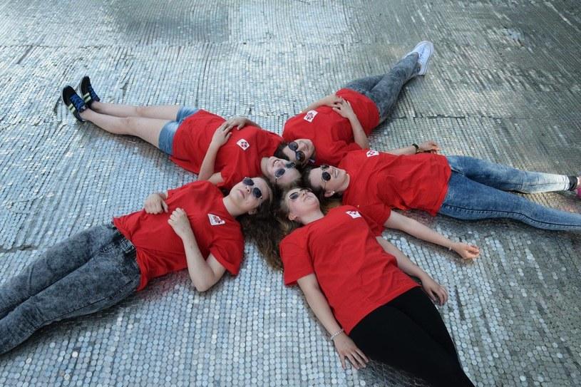 Wolontariusze na dywanie z jednozłotówek, podczas finału akcji /materiały prasowe