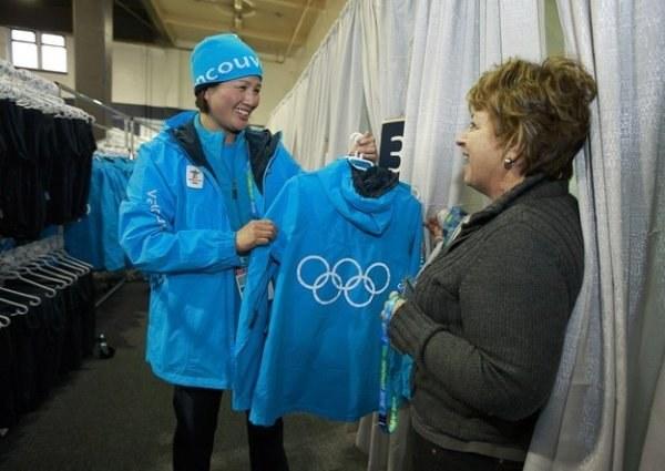 Wolontariusze noszą charakterystyczne kurtki z kółkami olimpijskimi na plecach /AFP