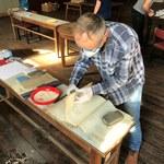 Wolontariusze ratują wiekowe zbiory archiwum w Kłodzku