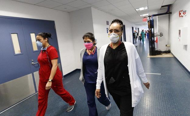 Wolontariusze w tymczasowym polowym szpitalu, utworzonym na terenie kompleksu sportowego USTA Billie Jean King National Tennis Center w nowojorskiej dzielnicy Queens /JUSTIN LANE /PAP/EPA