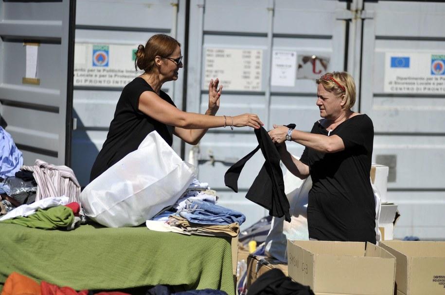 Wolontariusze wydają poszkodowanym ubrania /EPA/CRISTIANO CHIODI /PAP/EPA