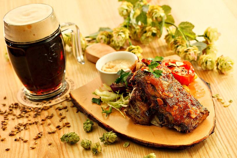 Wołowina oraz szyszki chmielowe posłużą do przygotowania dania, które zaskoczy cię swoim głębokim smakiem /123RF/PICSEL