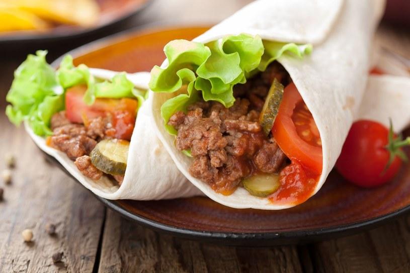 Wołowina z kapustą w tortilli /123RF/PICSEL