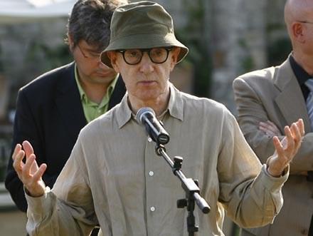 Woody Allen bezradnie rozkłada ręce /AFP