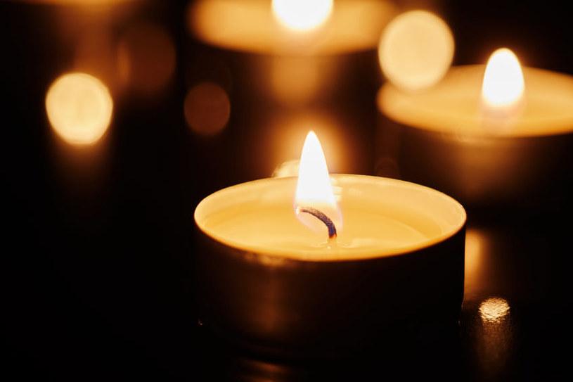 Wosk ze świecy może narobić sporo kłopotu /123RF/PICSEL