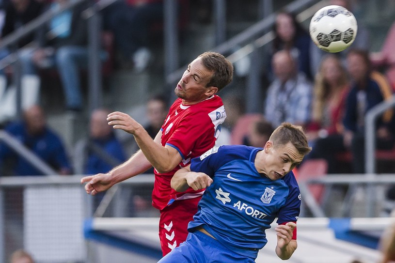 Wout Brama z FC Utrecht w pojedynku główkowym z Maciejem Gajosem z Lecha Poznań /Erwin Spek /AFP