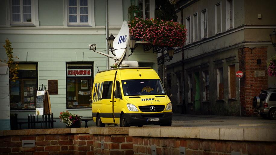 Wóz satelitarny RMF FM na rynku w Piotrkowie Trybunalskim /Michał Dukaczewski /RMF FM