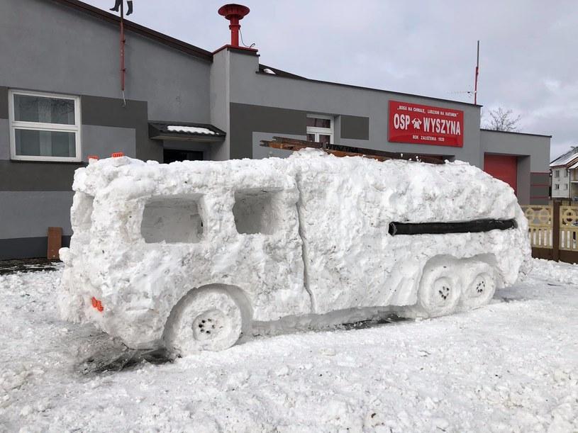 Wóz strażacki ze śniegu /Facebook / OSP Wyszyna /facebook.com