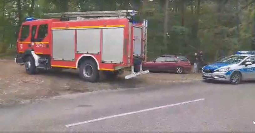 Wóz straży pożarnej i radiowóz jadą na miejsce zdarzenia w Kuźni Raciborskiej /Racibórz 112 /facebook.com