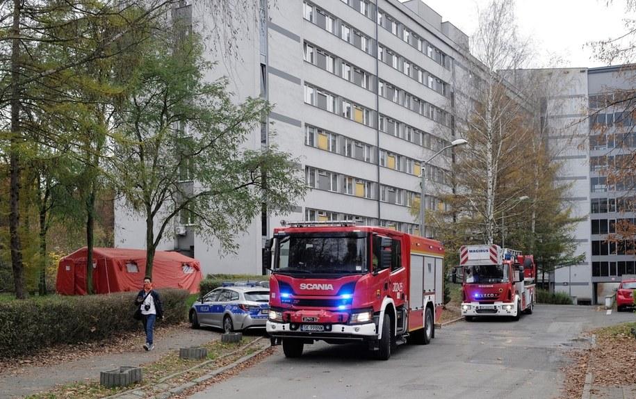 Wozy straży pożarnej przed budynkiem szpitala Uniwersyteckiego Centrum Klinicznego w Katowicach, gdzie doszło do pożaru jednej z sal na siódmym piętrze placówki / Andrzej Grygiel    /PAP