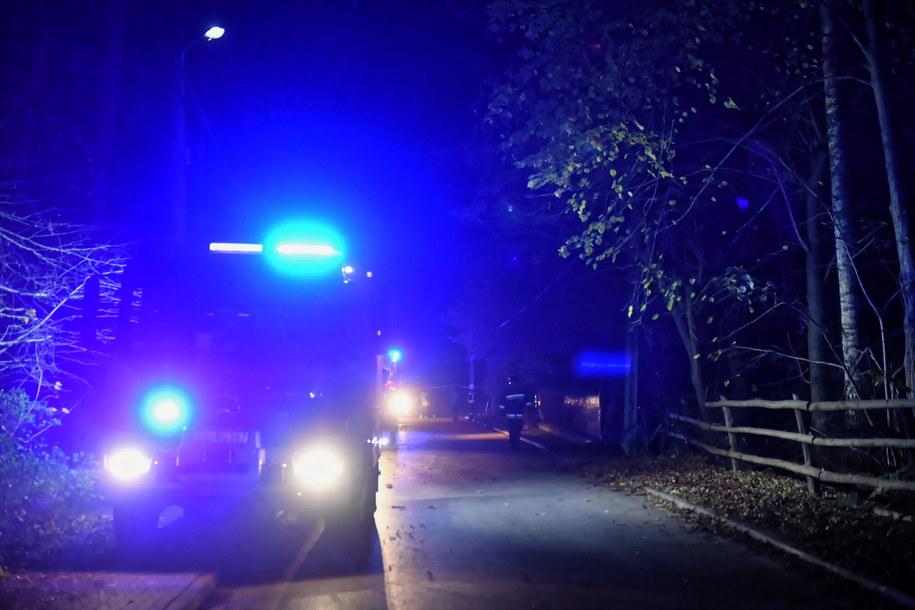 Wozy straży pożarnej przed domem jednorodzinnym we Włodzimierzowie /Grzegorz Michałowski   /PAP
