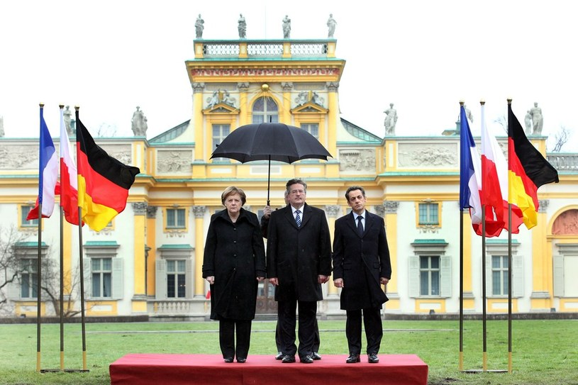 """Wpadkę stanowiły nie tylko """"zamienione flagi"""", ale także brak parasola dla prezydenta Francji /Andrzej Iwańczuk /Reporter"""